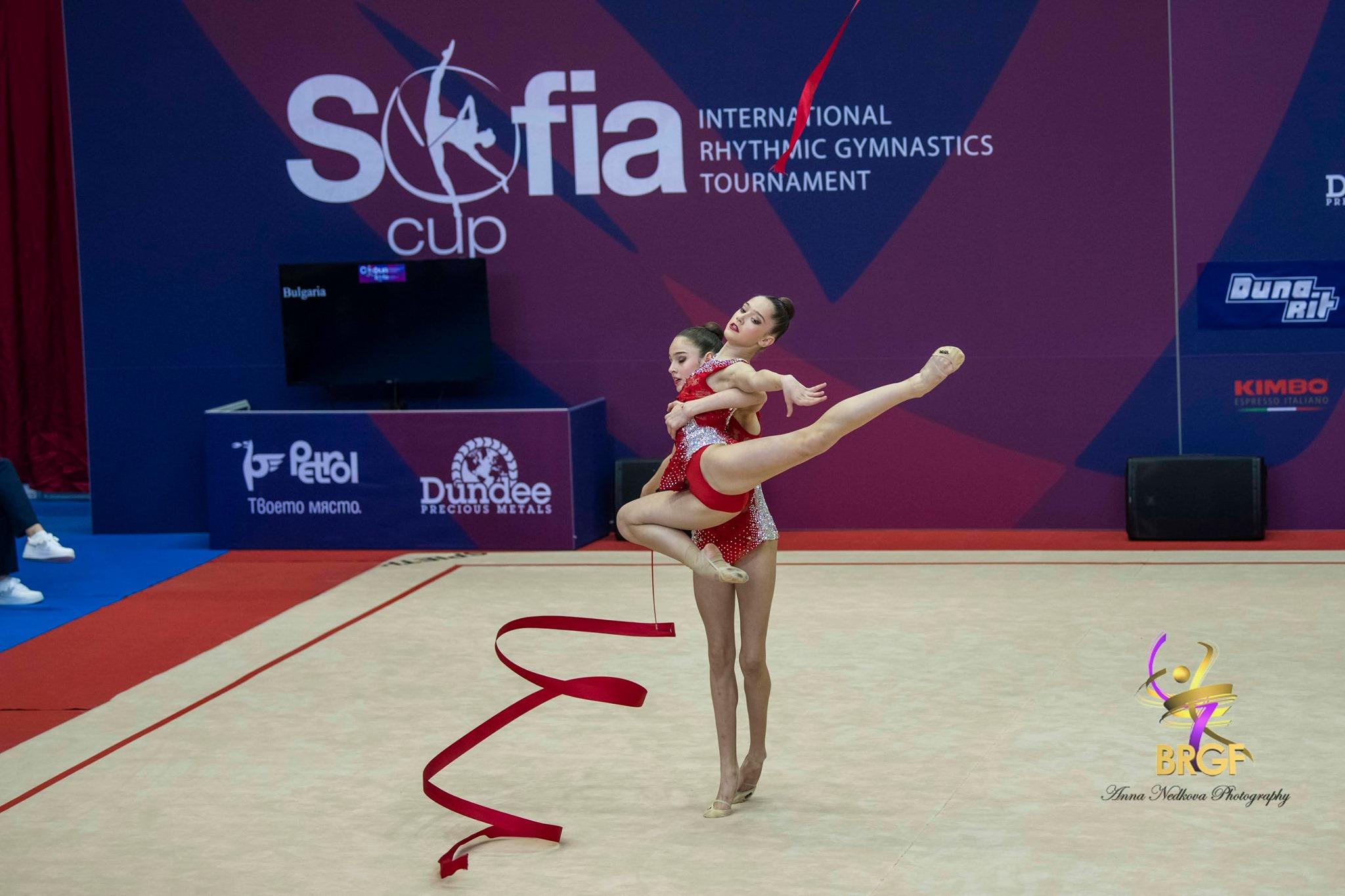 Силна игра и златен медал с ленти за ансамбъл девойки, сребро на топки